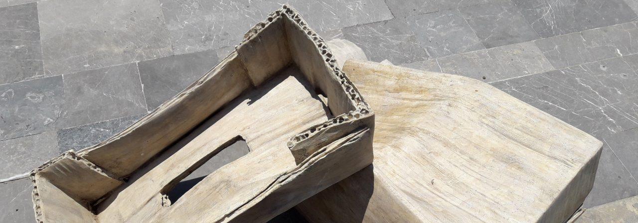 Steinarbeit in Form alter Pappkartons von Andreas Lolis