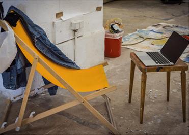 Sonnenstuhl mit Laptop, Schreibklasse, 2017