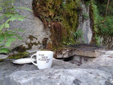 Sommerakademie-Tasse im Steinbruch