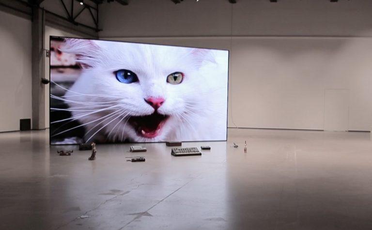 No poem loves its poet, 2020, modularer LED-Bildschirm, gefundene Objekte, Videoinstallation, Auftragsarbeit für den YARAT Contemporary Art Space, Baku